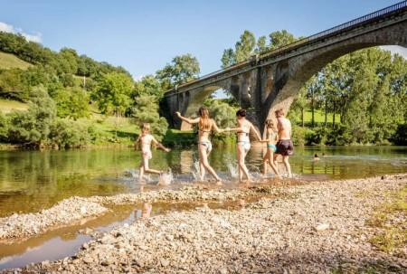 Famille se baignant dans les eaux du Tarn © CDT Pascale Walter