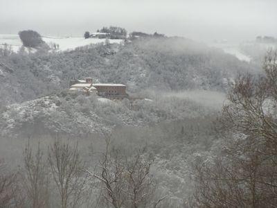 Le prieuré sous la neige vue de la grèze du tarn